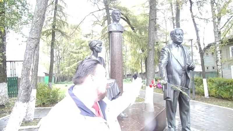 Бежецк. Памятник Гумилёвым.