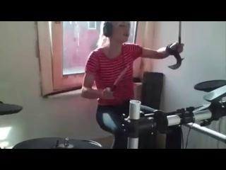 Девушка прикольно играет на барабанах