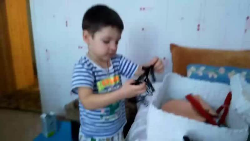 Макс изучает содержимое коробки