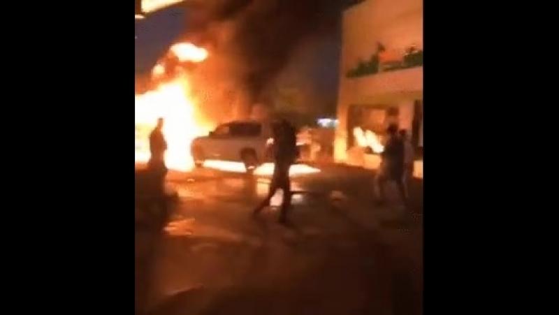 Водитель внедорожника отталкивает горящую машину от бензоколонки 💪