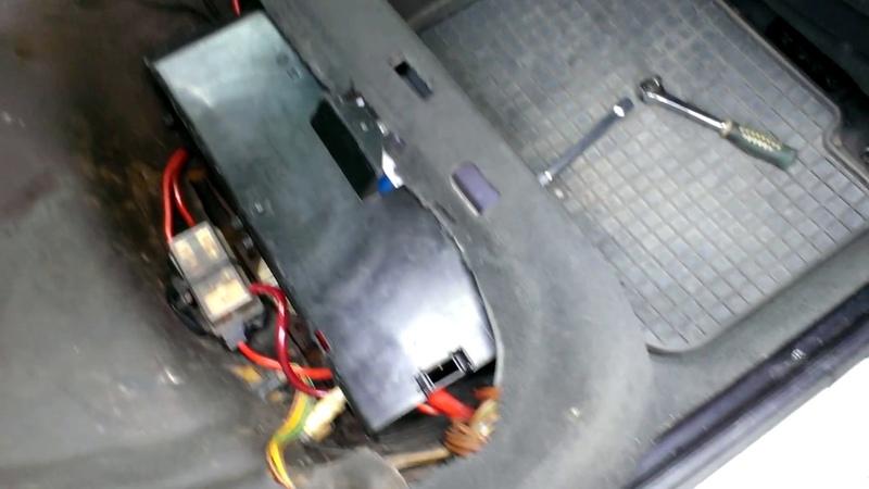 БМВ Е34 Как быстро отключить аккумулятор который находится под сиденьем BMW E34