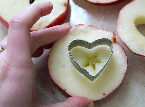 сэндвич из яблока с арахисовым маслом что нужно: яблоки - 2 шт.арахисовое масло - 4 ст.лизюм - по вкусуовсяные хлопья - по вкусулимонный сок - 1 ст.лкокосовая стружка - по вкусучто делать: *