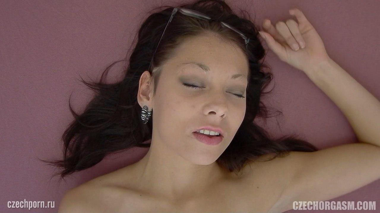 Получает удовольствие от мастурбации