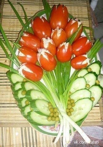 """Салат """"Тюльпаны"""" Ингредиенты: помидоры сыр 2 яйца чеснок грецкий орех майонез Приготовление: 1. Делаем тюльпанчик нарезаем"""