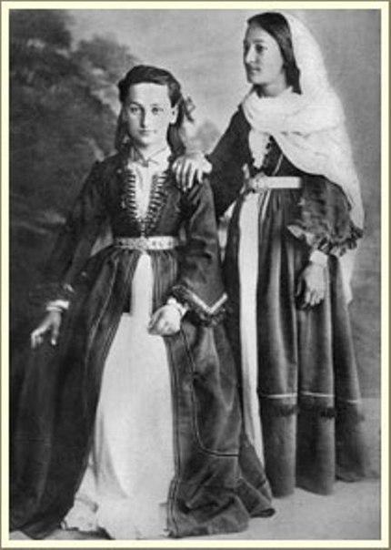 на историческую черкеску (а покрой и женской и мужской осетинской одежды бы