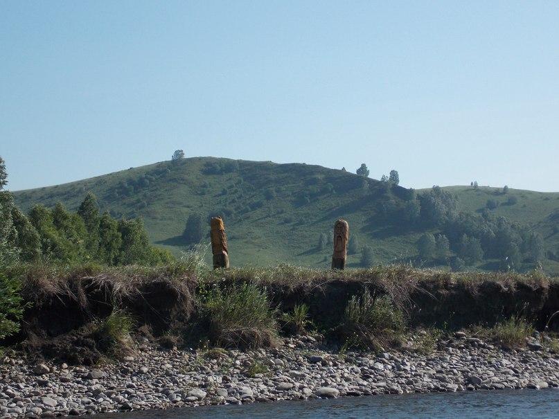 Загадочные деревянные истуканы на берегу реки Чарыш