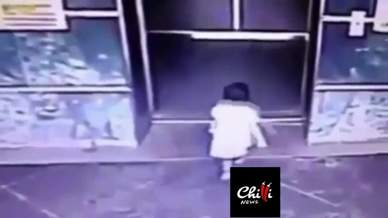 Мать пнула ногой дочь, чтобы спасти её от захлопывающихся дверей лифта