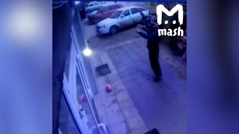 В Махачкале прохожие поймали девочку, выпавшую с пятого этажа - Видео - L!fe