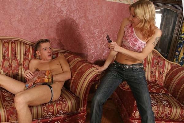 смотреть порно застукала брата и оказала услугу