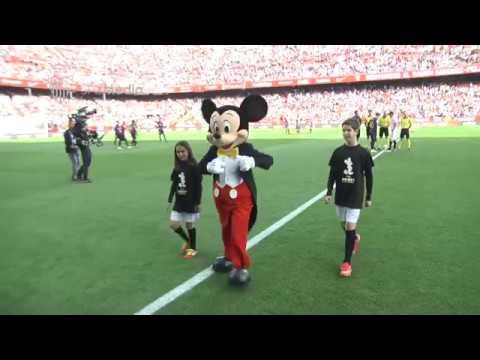 Mickey Mouse hizo el saque de honor en el Sánchez Pizjuán