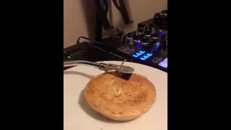O que acontece ao colocar uma torta de carne no toca discos?