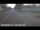 с правой полосы повернул налево на красный свет!