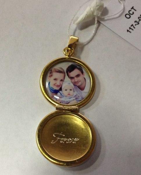 золотой кулон с фотографией внутри