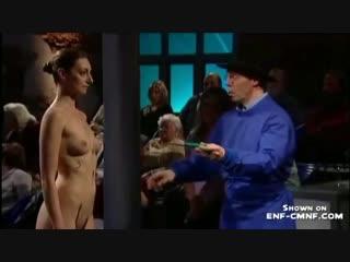 Девушка голая перед зрителями — photo 5