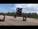 Красивый прыжок на мотоцикле через ленту
