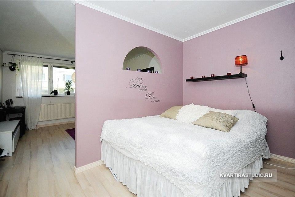 Зонирование комнаты перегородкой с окном / проемом разной формы.