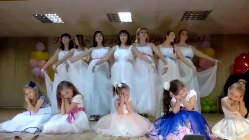 Мамы в зале плакали. МОЙ АНГЕЛ Танцуют мамы и дети из студии Солнышко