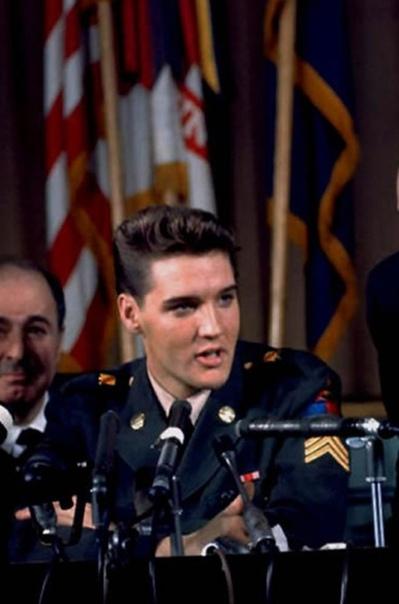 Подборка армейских фото Элвиса Пресли В 1958 году Элвис Пресли был призван рядовым в армию США в штате Арканзас. На то время он уже был знаменитым, поэтому известие об уходе «короля рок-н-ролла»