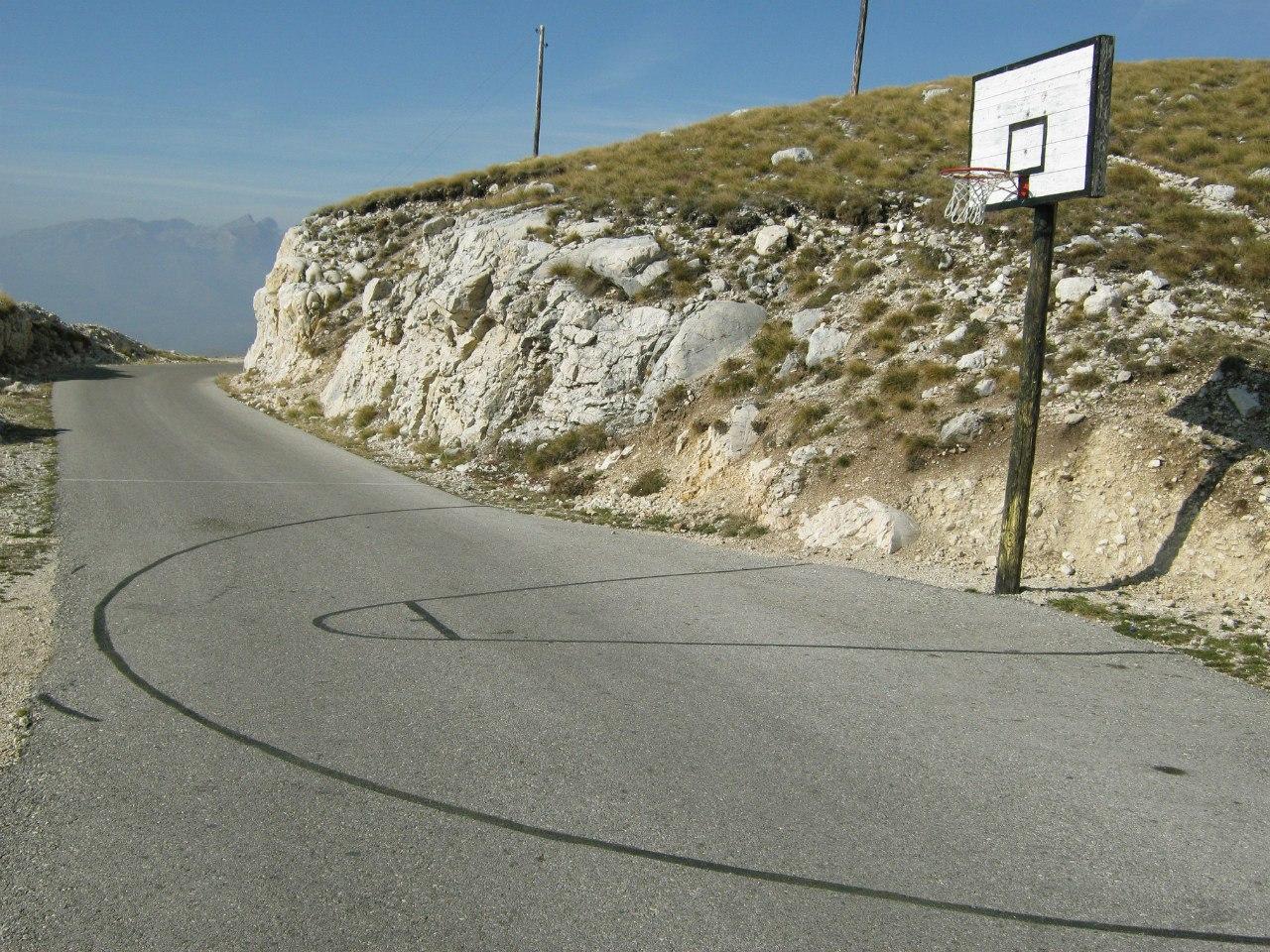 баскетбольное поле на дороге