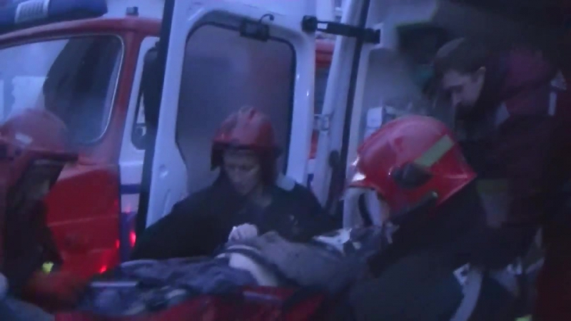 Мужчина упал в лифтовую шахту с уровня 5 этажа. Его доставали спасатели