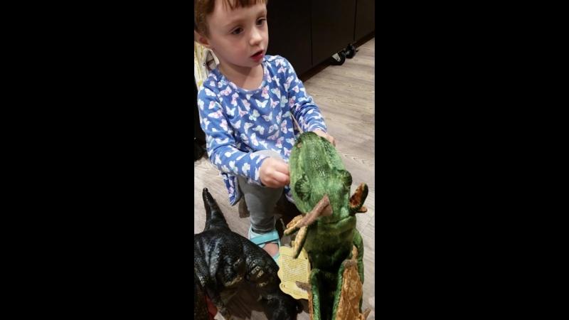 Анечка в отделе игрушек в аэропорту