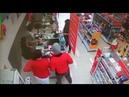 Assaltante finge estar armado e é rendido por segurança que também fingia estar armado
