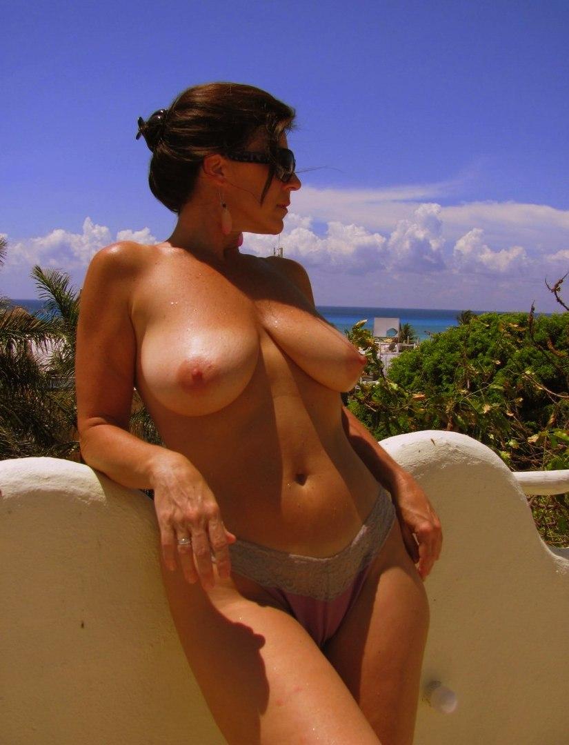 Незагорелая женская грудь — 15
