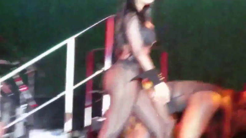 Nicki Minaj konser kalça ve göğüs show
