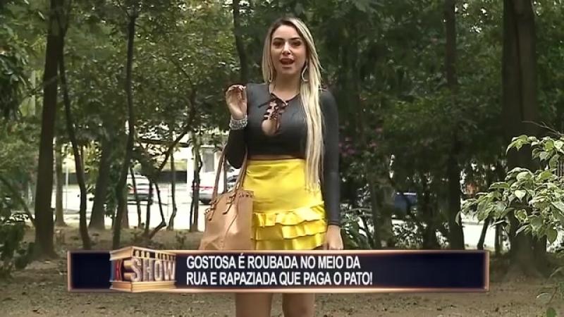 Gata_tem_a_saia_roubada_no_meio_da_rua_e_rapaziada_acaba_pagando_o_pato