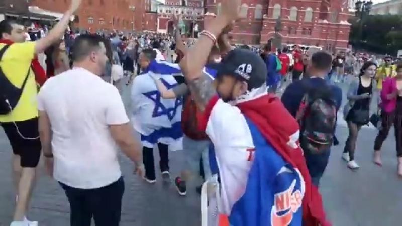 Тунисские фанаты преследовали мужчину с флагом Израиля в центре Москвы
