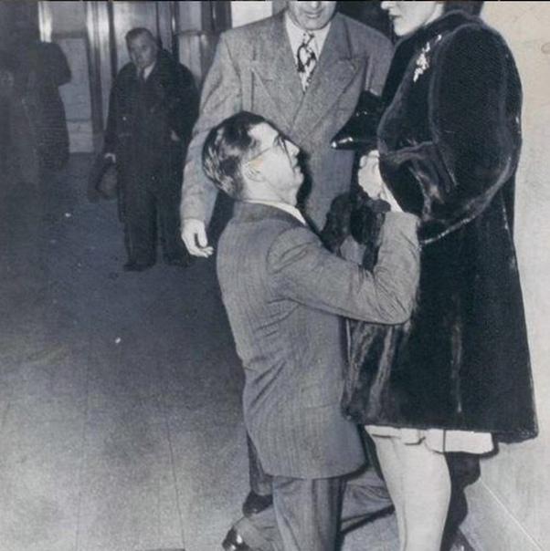 Мужчина просит прощения у жены в бракоразводном суде.
