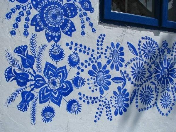 Простая деревенская старушка любила рисовать Мастерству росписи она научилась от односельчанки, которая раньше украшала дома своей деревни чудными узорами. Живёт бабушка-художница в Чешском селе