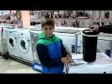 Покупатель Георгий выбирает будущего обладателя стиральной машины Samsung в ТЦ