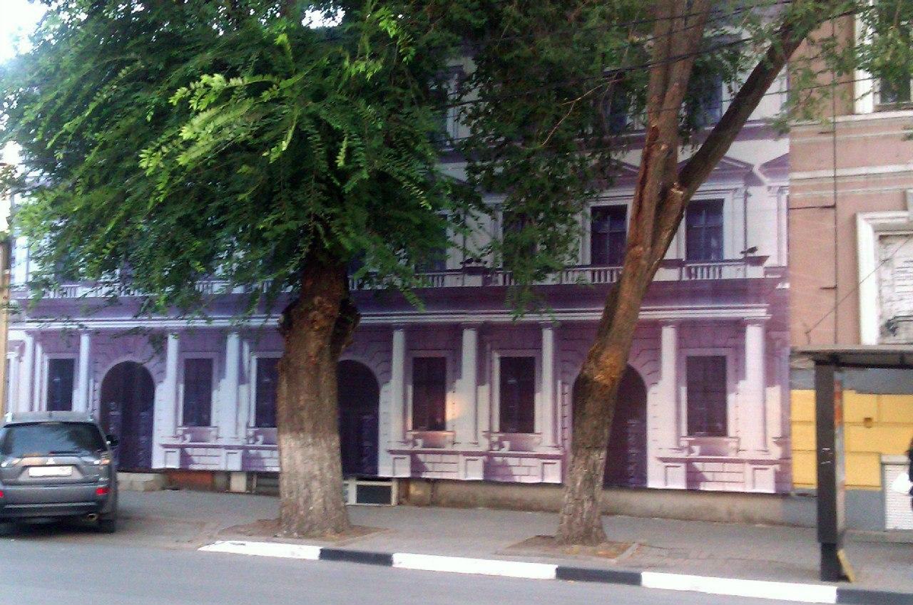 баннер на фасаде аварийного здания в Таганроге
