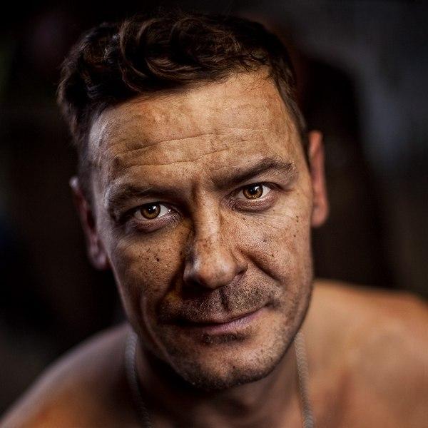 Фотограф Роман Шаленкин снимает необыкновенные портреты обычных людей: шахтеров,...