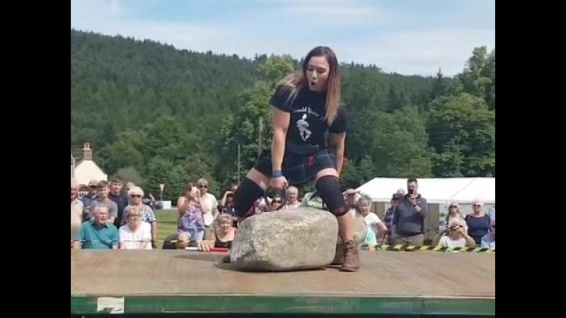 29 летняя австралийка стала второй женщиной в мире поднявшей Камни Динни