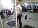 Упражнение на бицепс широким хватом
