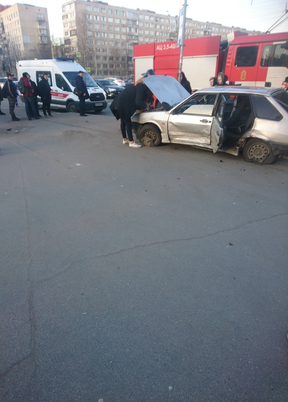 На перекрёстке Дунайского проспекта и Купчинской улицы Лада после столкновения вылетела на тротуар, где