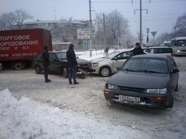 В Таганроге весь транспорт стоит в пробках на дорогах покрытых «снежной кашей»