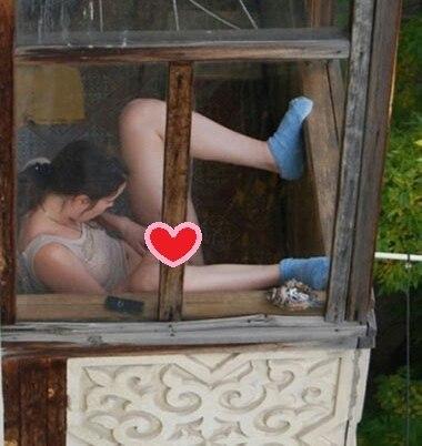 подглядел в окно голых женщин фото