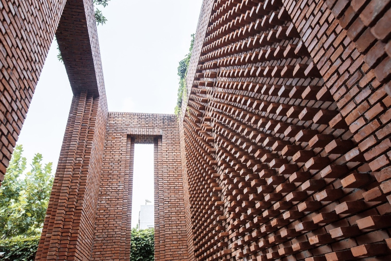 Dong Yugan's Brick Art Museum Through the Lens of He Lian