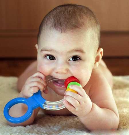 Выдергивание за уши может также указывать на то, что у ребенка прорезывание зубов.