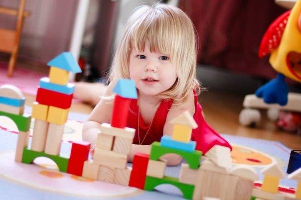 ЗАЧЕМ ДЕТИ ДОЛЖНЫ ИГРАТЬ САМИ Сейчас много ответственных родителей, полагающих, что они должны максимально много вложить в ребёнка в детстве, чтобы дать отпрыску возможность полностью реализоваться в будущем. Их охватывает беспокойство, когда они видят, как ребёнок «бесцельно болтается» по квартире или двору. Каждую минуту, когда ребёнок занимается чем-то своим, у родителей поднимается темное чувство вины. Оно бывает связано с тем, что они не могут загрузить ребёнка «на полную катушку». Или…