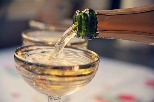 Бокал шампанского превращает Елену Прекрасную в Елену Премудрую, а 2 бокала в Елену Прикольную, а 3 … (1 фото) - картинка