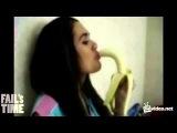 девушки глотают банан