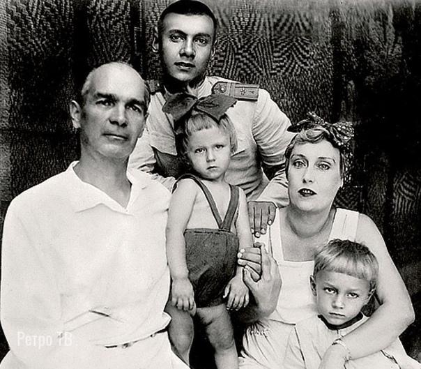 Олег Янковский с родителями... Да, да, с бантиком - это Олег Янковский