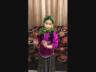 Маленькая Иранская талышка читает стихотворение