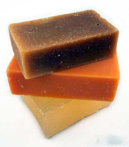 Мытье ног с мылом и водой и тщательная их сушка помогает смягчить запах ног.