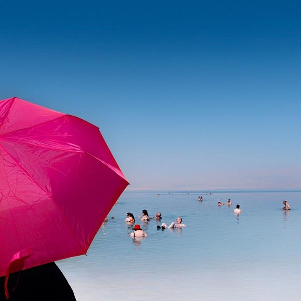 У Мёртвого моря. Невероятный фотопроект Александра Бронфера Над этим проектом израильский фотограф Александр Бронфер работает более двух лет. За это время почти каждые выходные он приезжает из