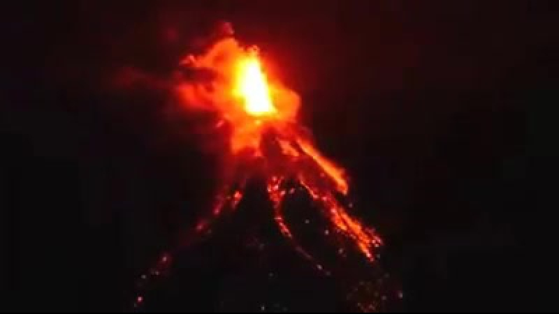 Mayon yanardag lav puskurtmeye baslad.(15 Ocak 2018)